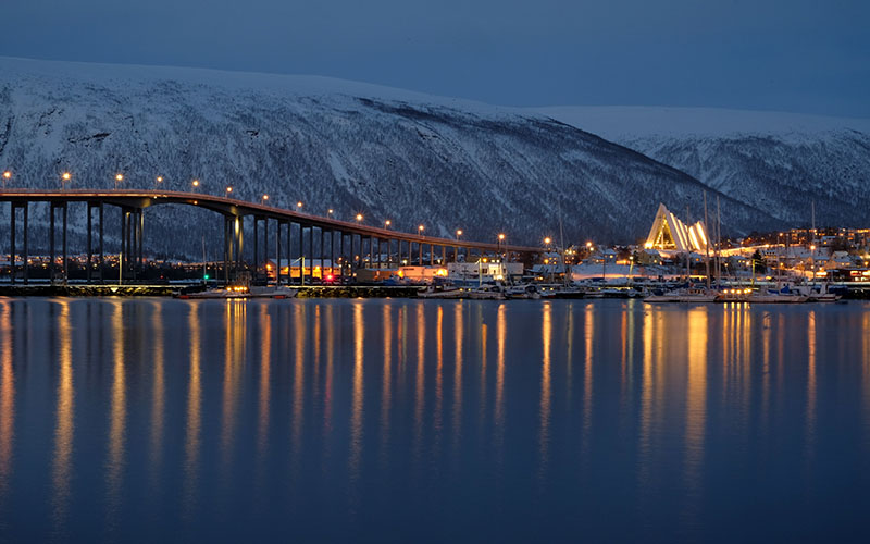 Tromso, Polar Müze önünden Arctic Kilise ve limanın görüntüsü