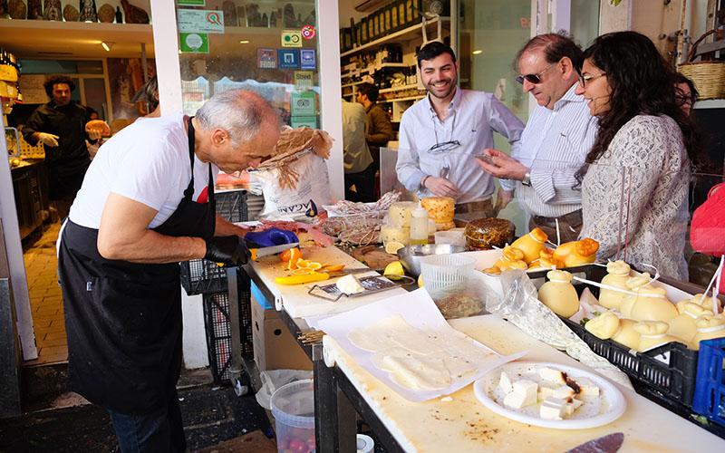 Yerel pazarda ayak üstü sandviç yapanlar önünde kuyruklar oluşuyor.