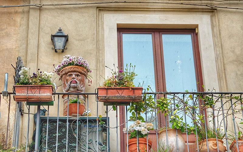Taormina'da her balkonu seramikler ve çiçekler süslüyor.