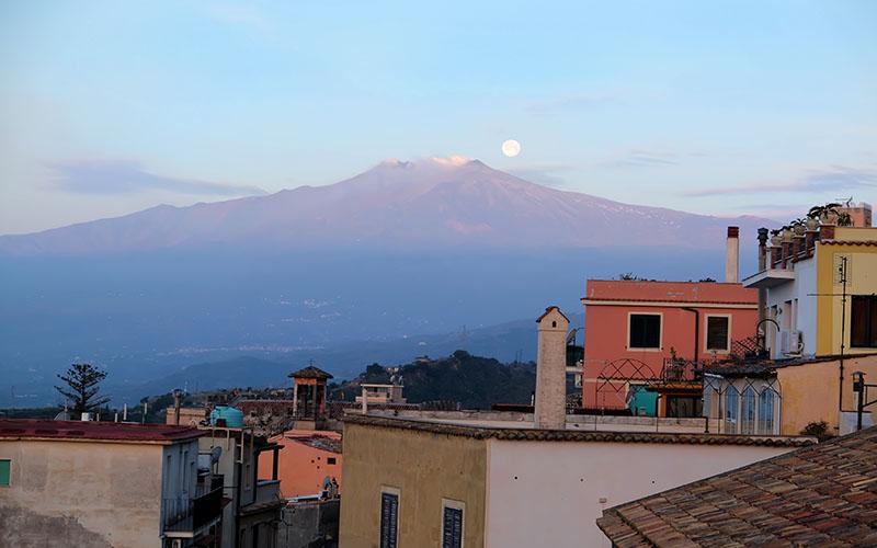 Etna Yanardağı Taormina'da her yerden gözüküyor.