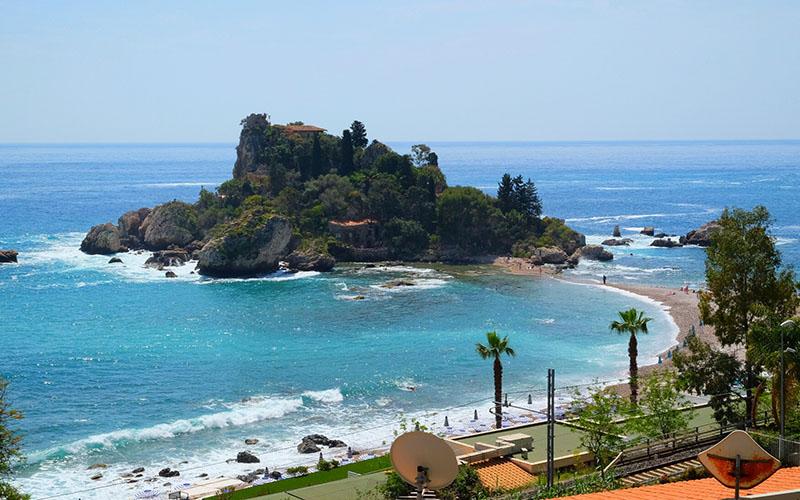 İsola Bello, Taormina sahilinde yürüyerek geçilebilecek bir ada
