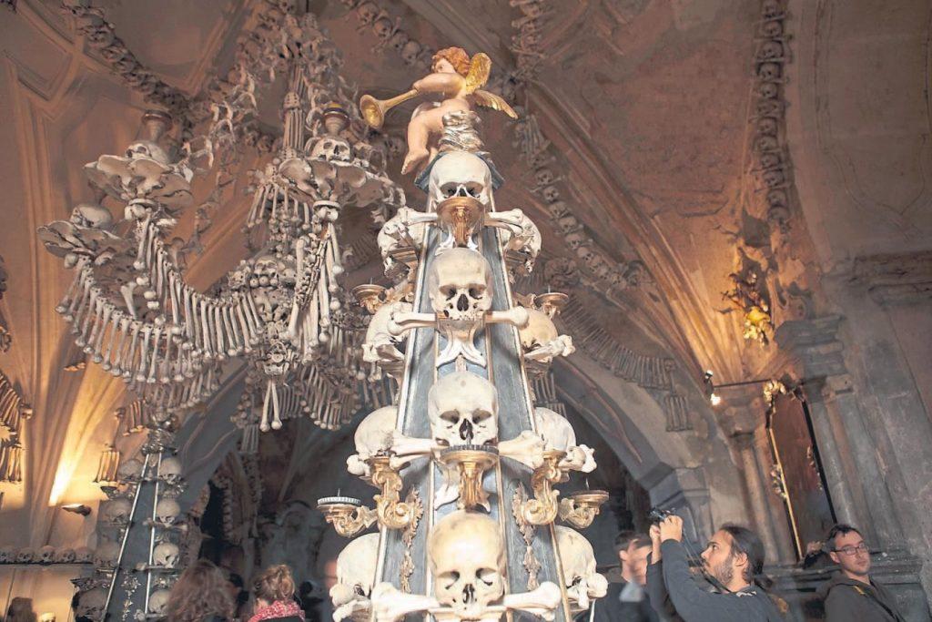 Kilise içindeki tüm dekor insan kemiklerinden yapılmış.